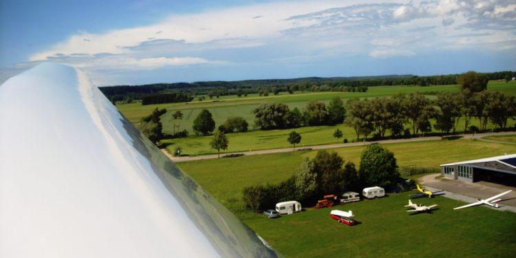 Ausblick aus einem Segelflieger auf den Flugplatz