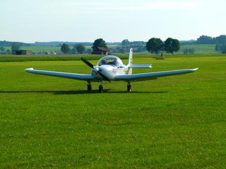 2012: Vorstand R.Lammel landet mit dem neuen Vereinsflugzeug am Flugplatz
