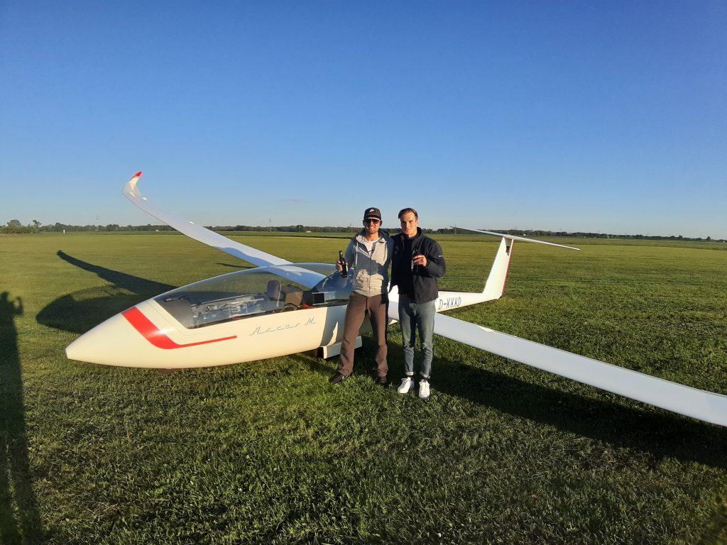 Florian Boehlke und Kilian Biechele mit dem Arcus M nach erfolgreichem Flug